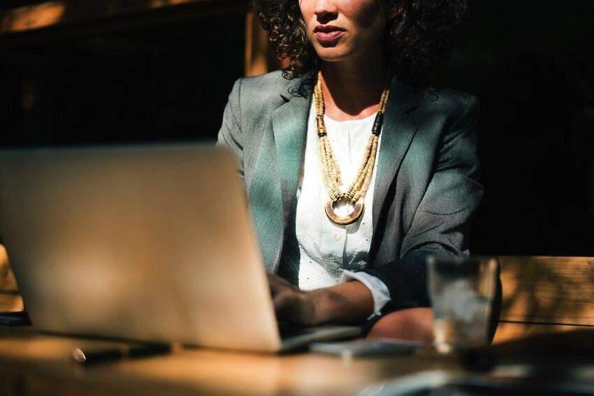 Kilka trików na bóle pleców przy pracy siedzącej
