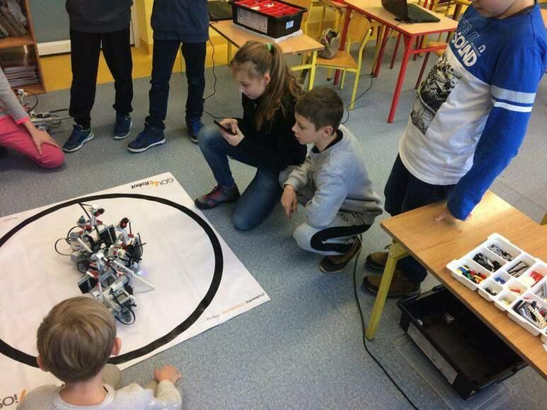 Roboty interaktywne - dlaczego warto zapisać dziecko na zajęcia z robotyki?