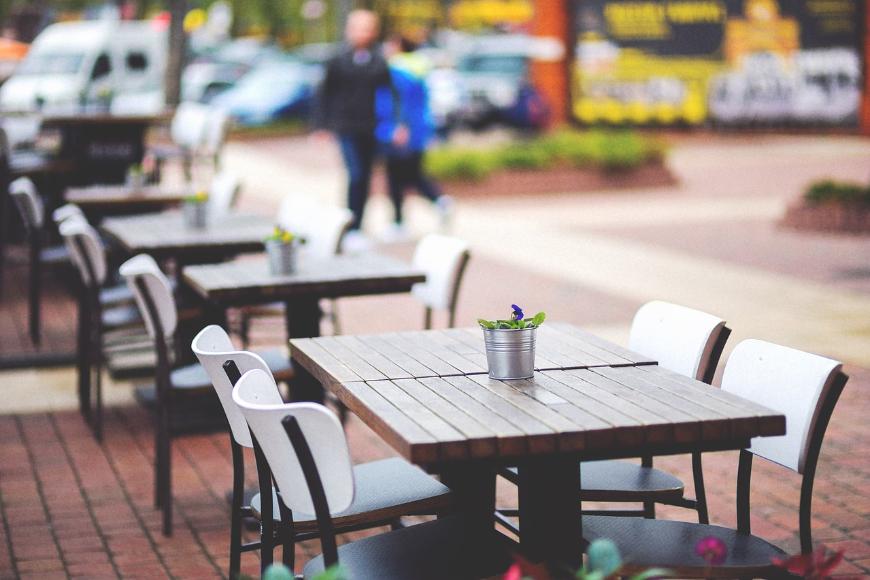 Modernistyczne i tradycyjne stoły ogrodowe – wybór nie musi być oczywisty