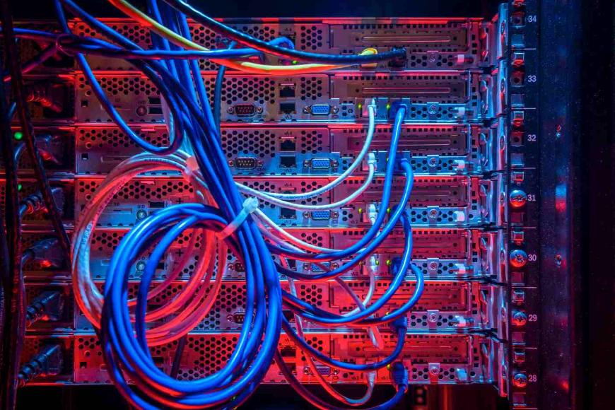 Który sprzęt ułatwia pracę z kablami Ethernet? Podpowiadamy!