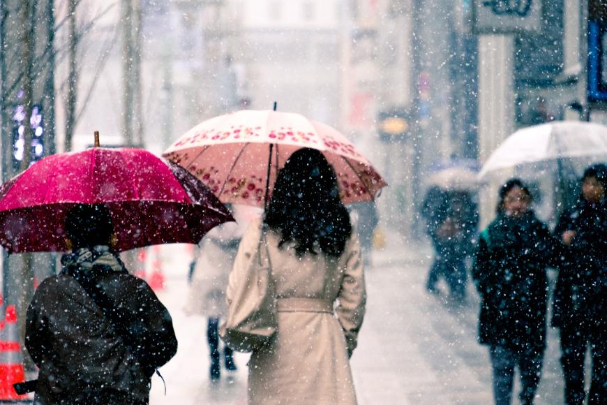 Gdzie znaleźć parasole reklamowe wysokiej jakości: kierunek UE czy Chiny?