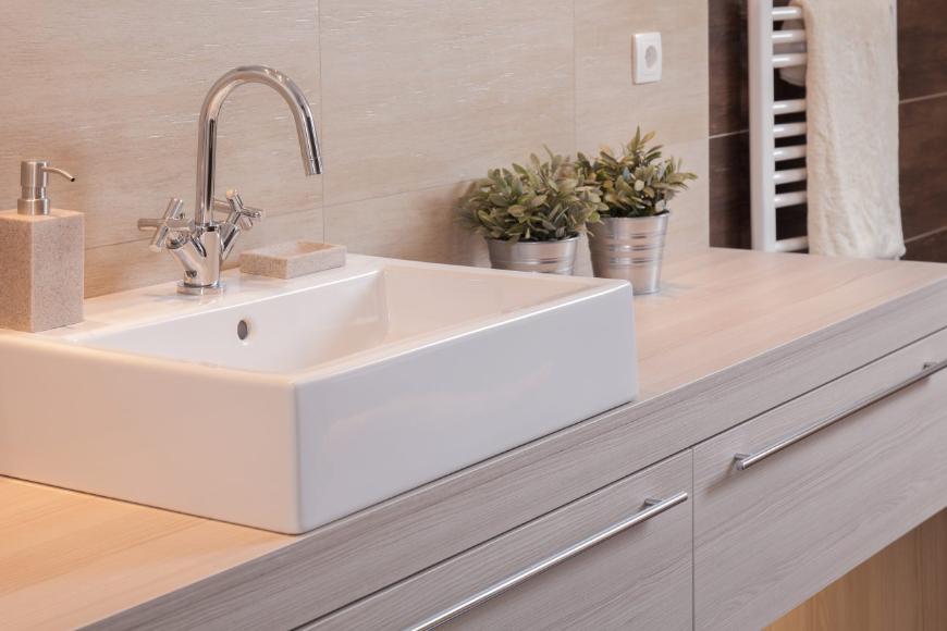 Prostokątna umywalka nablatowa w aranżacji łazienki – na co zwrócić uwagę?