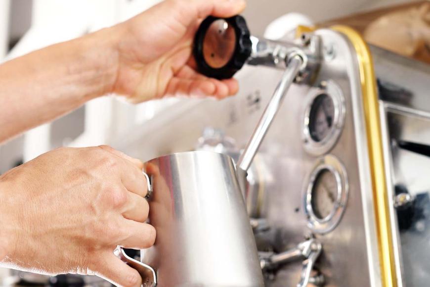 System spieniania mleka w ekspresie do kawy – jak zadbać o jego czystość?
