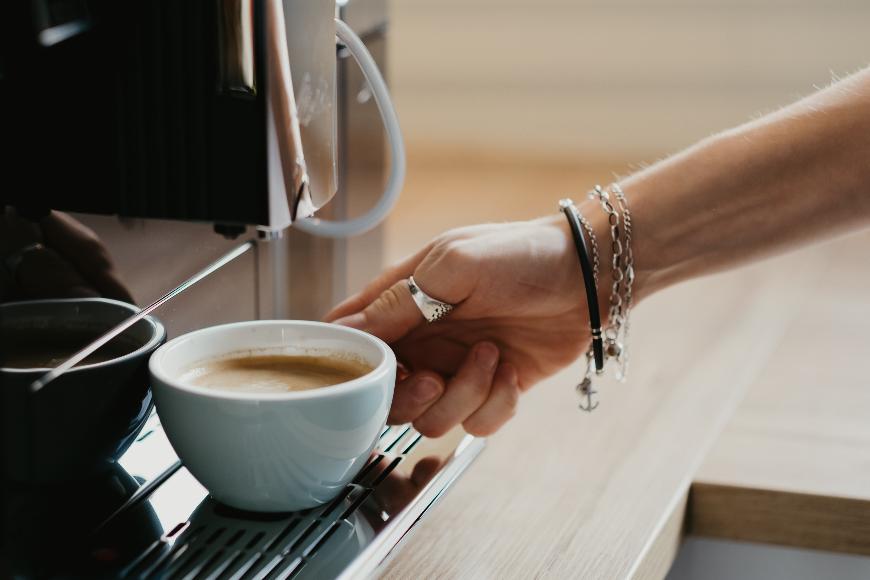 Rodzaje młynków w ekspresach do kawy – czy mają znaczenie i jaki warto wybrać?