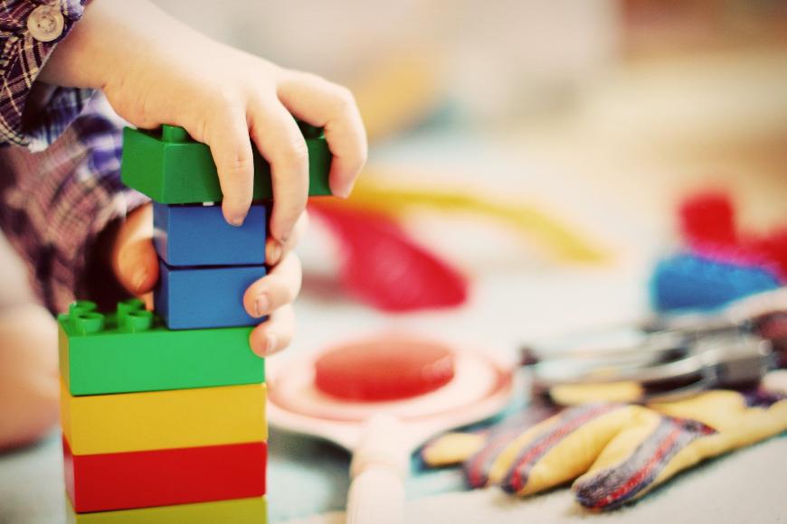 Jaką farbą zabezpieczyć drewnianą zabawkę?