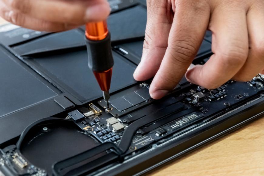 Jakie zalety ma dysk SSD do laptopa? Podpowiadamy, dlaczego warto go kupić!