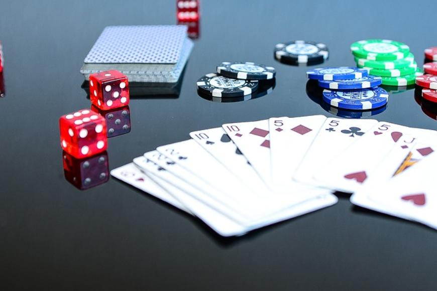 Automaty, czy gry stołowe — jak wybrać odpowiednią grę?