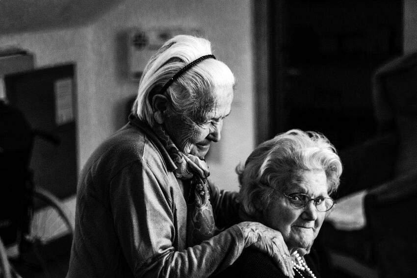 Dom opieki czy opieka w domu – jak zaopiekować się osobą starszą?