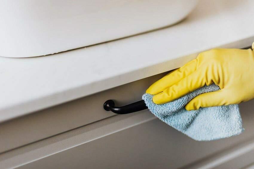 Szmatki z mikrofibry – przydatne zastosowania w Twoim domu