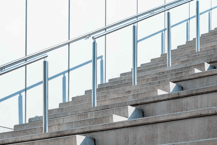 Domowe schody - jak wykorzystać elementy nierdzewne do balustrad w aranżacji pięknych schodów?