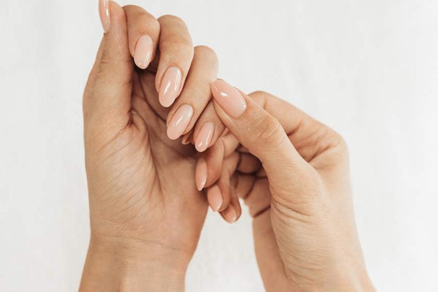 Jak przedłużyć paznokcie bazą? Instrukcja krok po kroku!