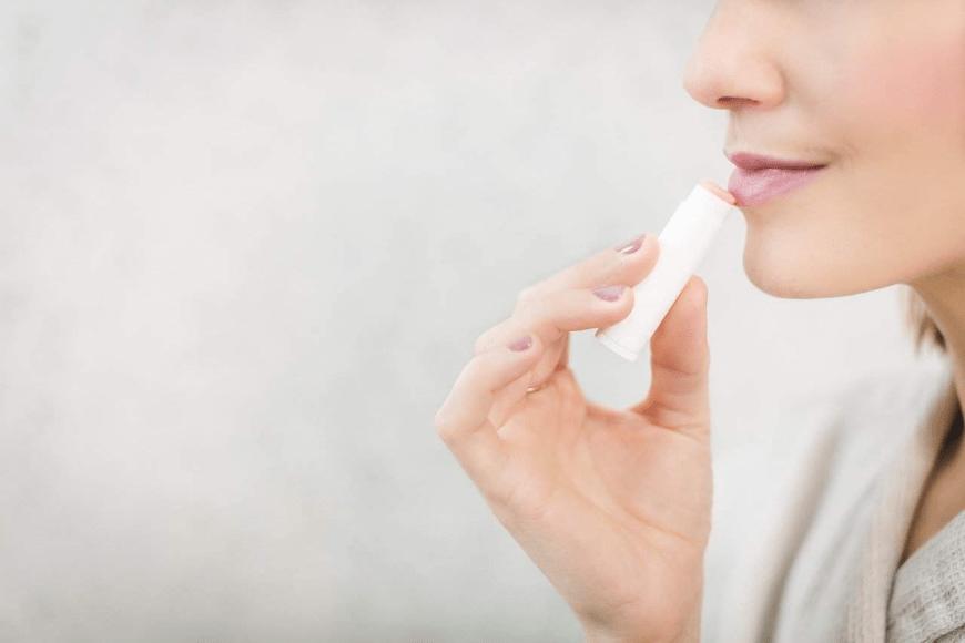 Pomadka do ust w sztyfcie - sposób na ochronę warg podczas zimowych mrozów
