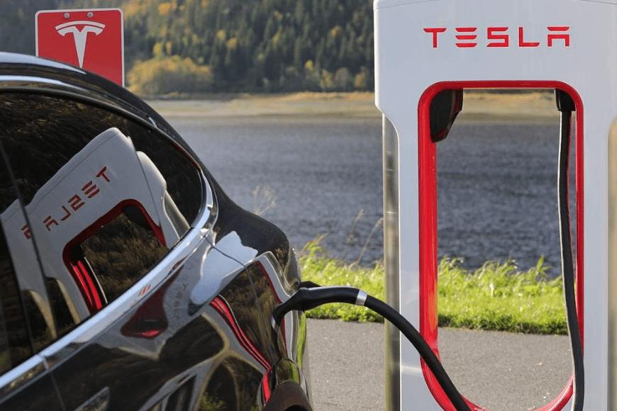 Tesla wycofuje ponad 9500 pojazdów na przegląd